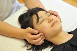 お顔の筋肉に働きかける手法です